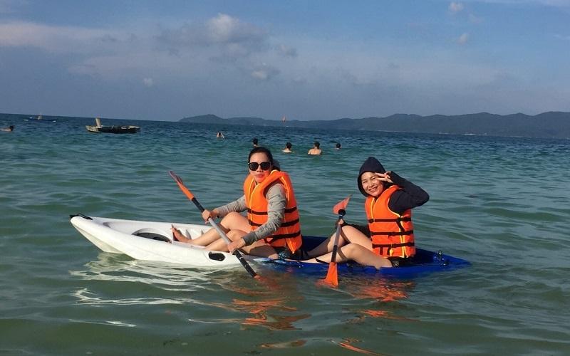 Hoạt động Kayak trên biển được các chị em vô cùng ưa thích
