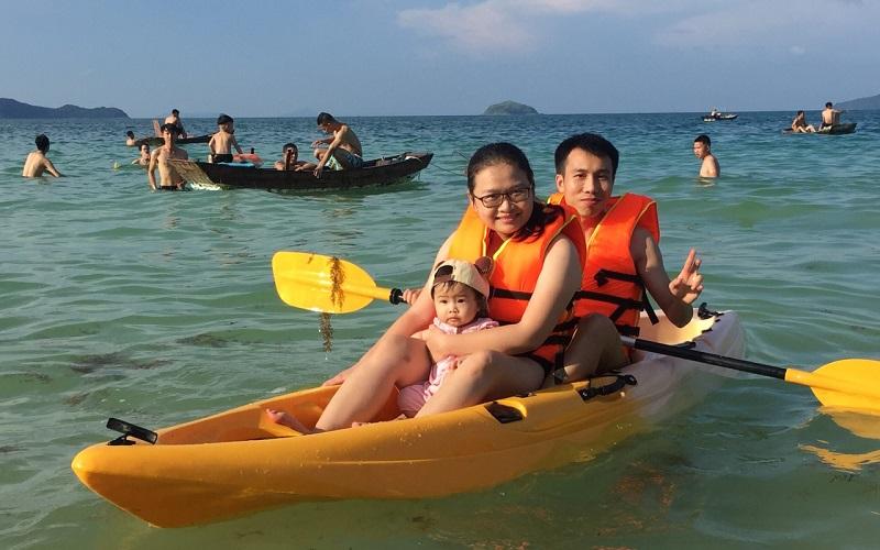 Thành viên nhỏ nhất đoàn cũng tham gia bơi thuyền nè ^^